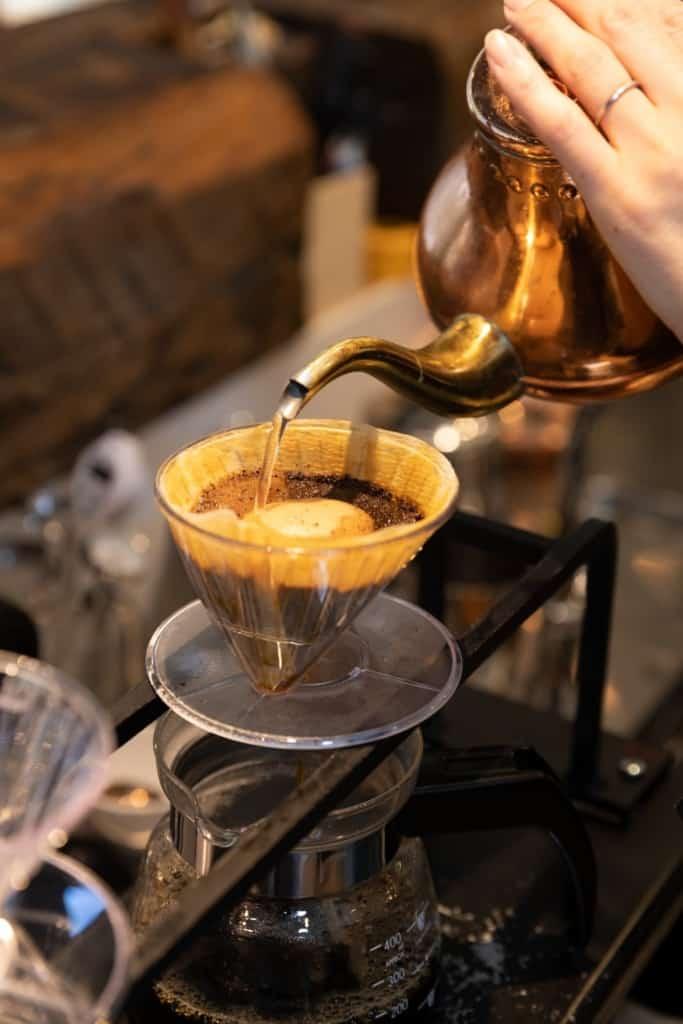 コーヒーを淹れてるシーン
