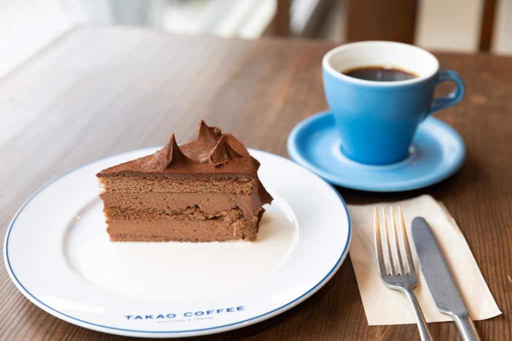 TAKAO COFFEE チョコレートケーキと高尾ブレンドの写真