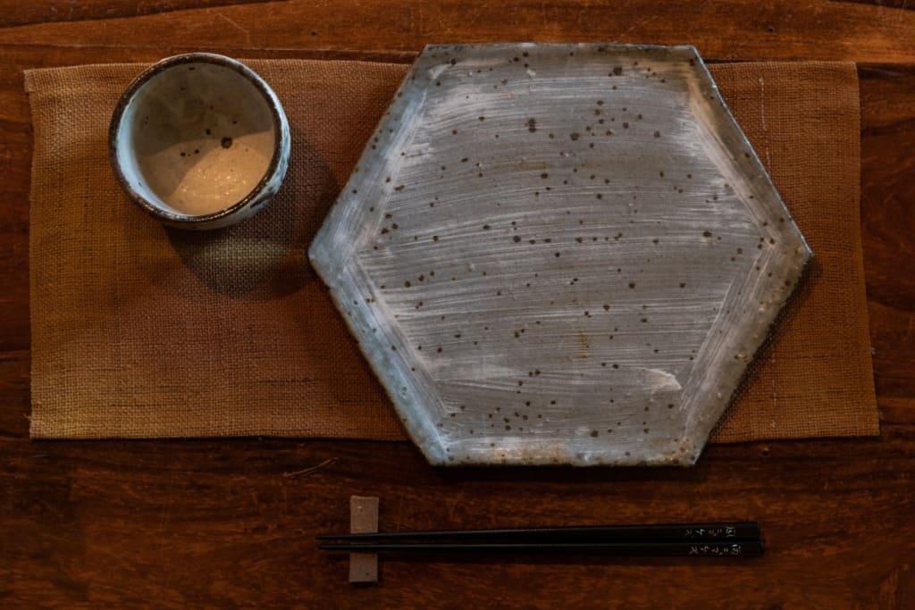高尾食堂あめとつちで使われている六角形のお皿