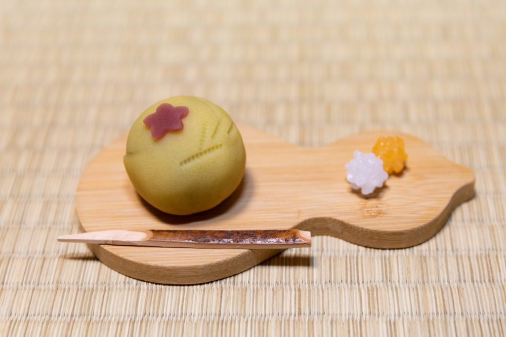 「練りきり」は十五夜の月にススキの穂をイメージ。
