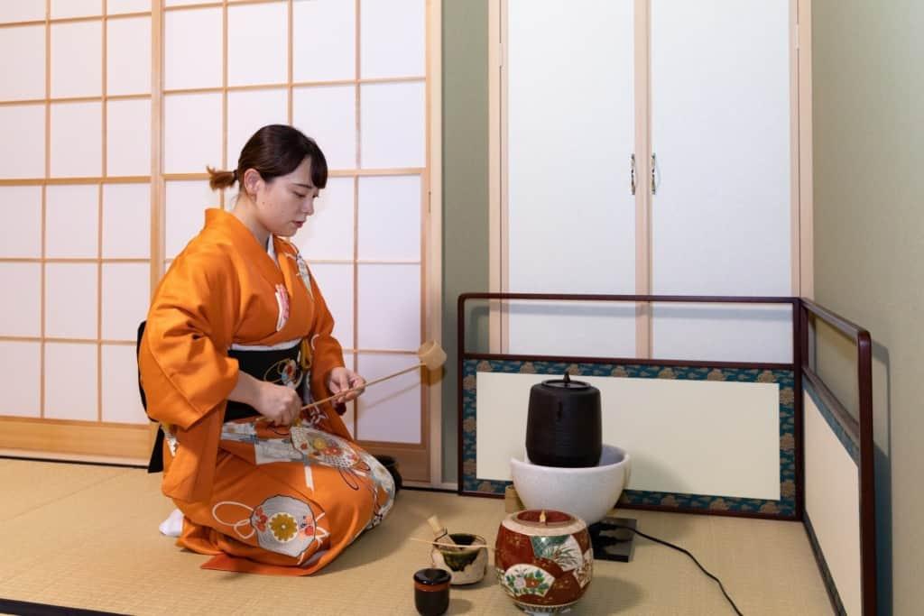 お茶を点てる中村莉菜さん。