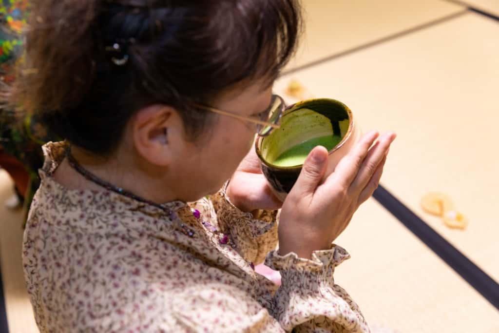 お茶をたしなむ谷本朋子さん