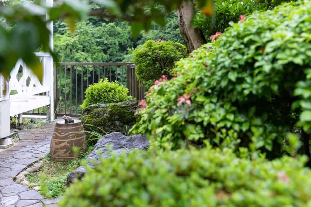 ゆっくり農縁 石川さん宅のお庭にいるカエルの置物
