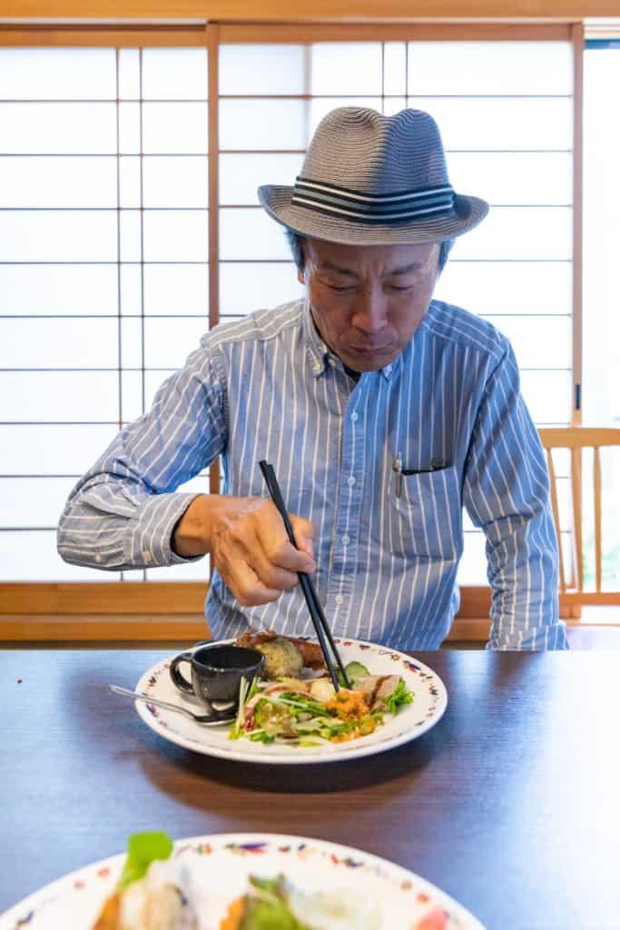 前菜を食べる石川さん