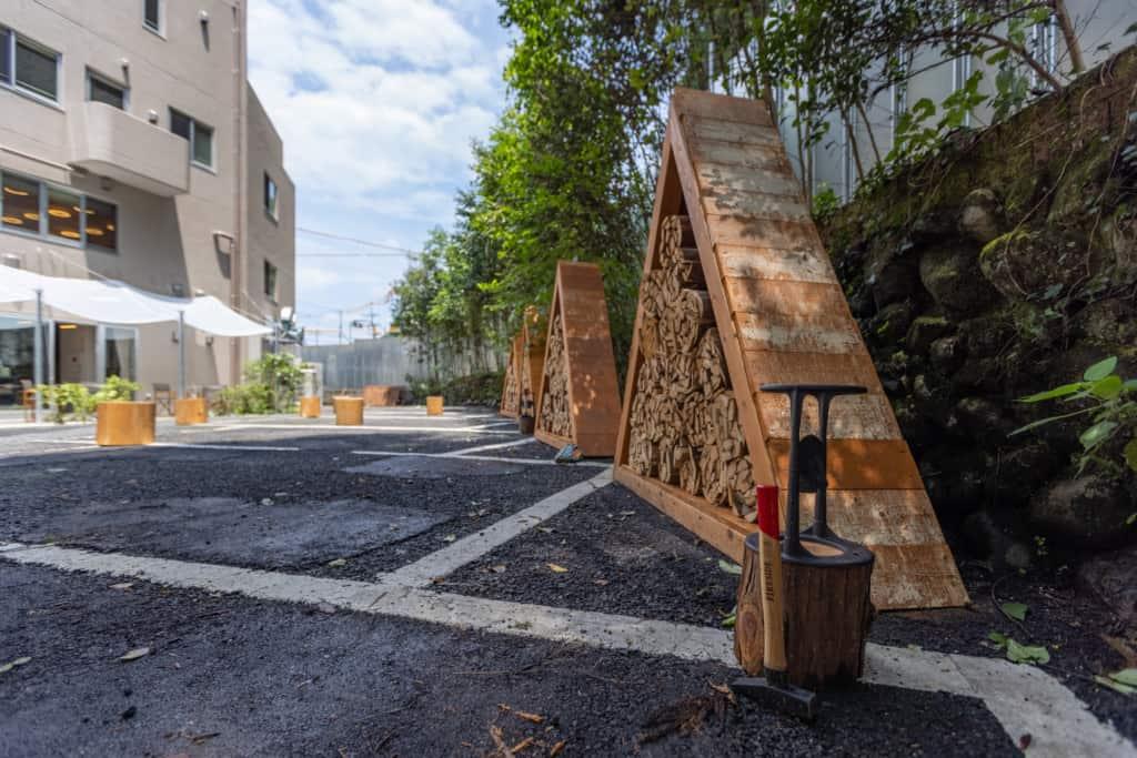 NAKA-NIWAには、焚き火用の薪が積み上げられている。