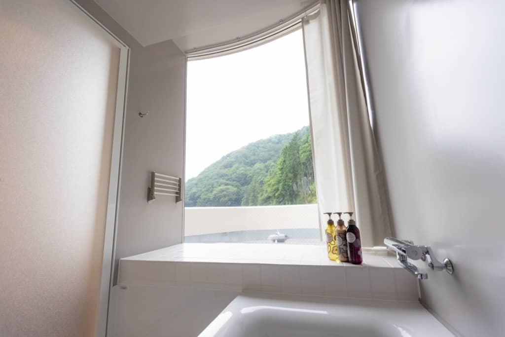 テラスルームのバスルームからは外が眺められる