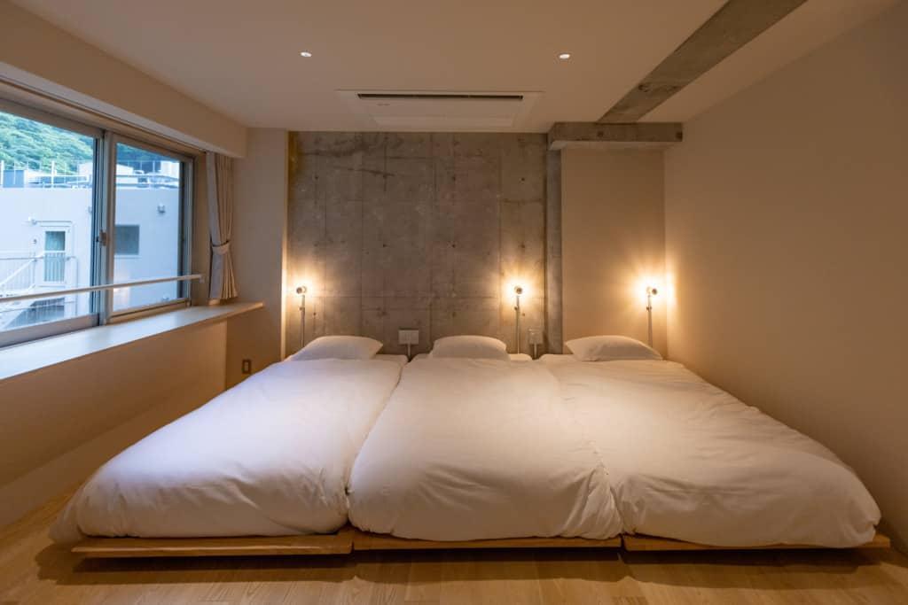 テラスルームの室内 ベッドが3つ並んでいる